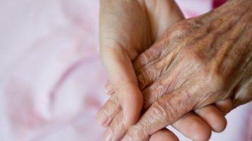 handen-ouderen-vrouw